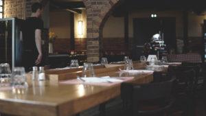 Chez Françoise | Restaurant Rôtisserie - Table et Serveur