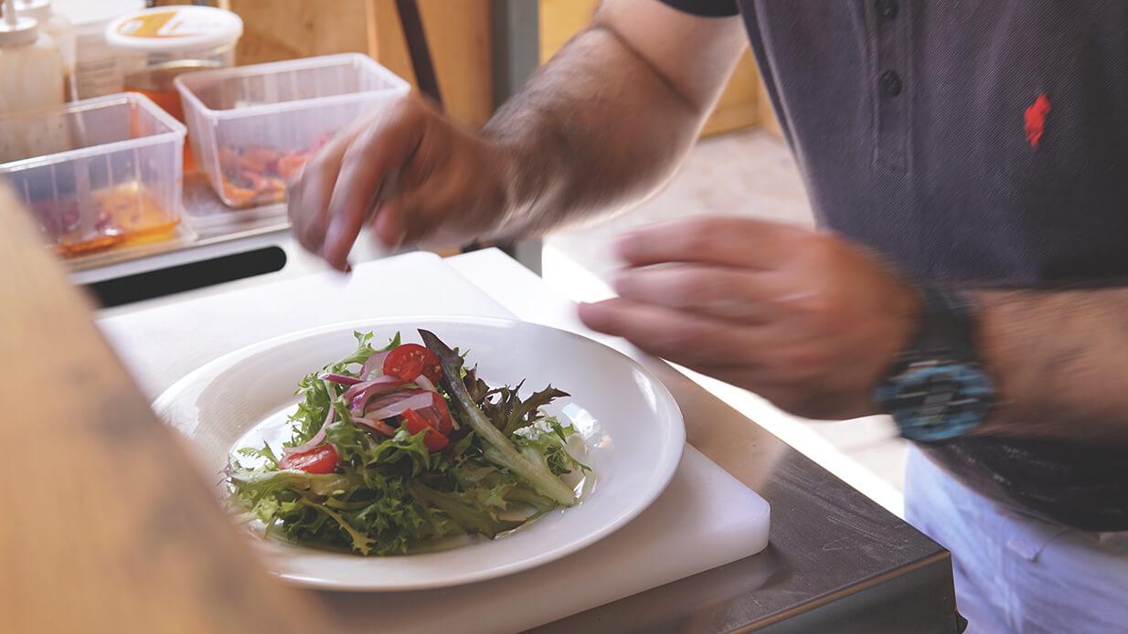 Chez Françoise | Restaurant Rôtisserie - La terrasse et un plat - Pizza Wrap Salade
