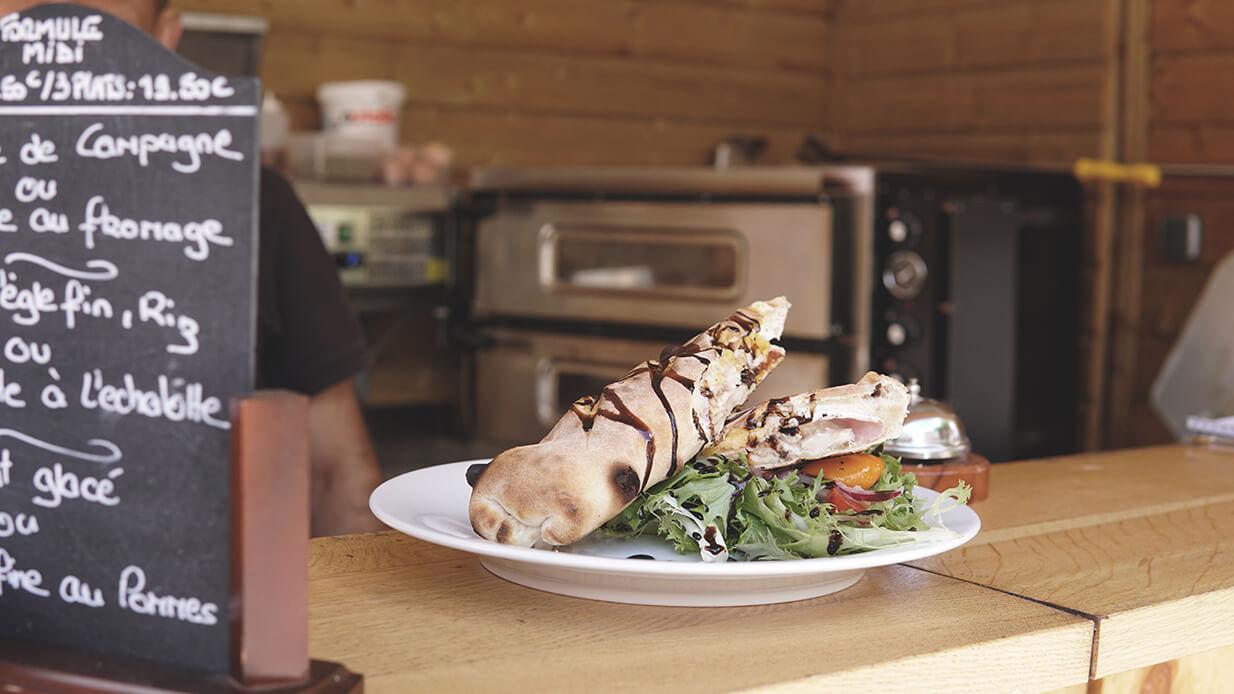 Chez Françoise | Restaurant Rôtisserie - La terrasse et un plat - Pizza Wrap